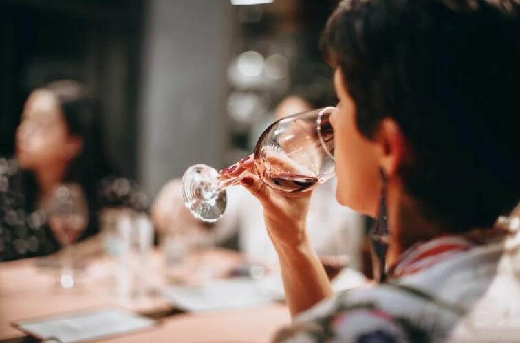 喝葡萄酒摇杯的原因