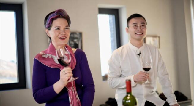 葡萄酒大师赵凤仪(Fongyee Walker MW)女士(左) 葡萄酒大师朱简先生(右)