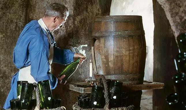 一瓶起泡酒正在经历手工除渣工序